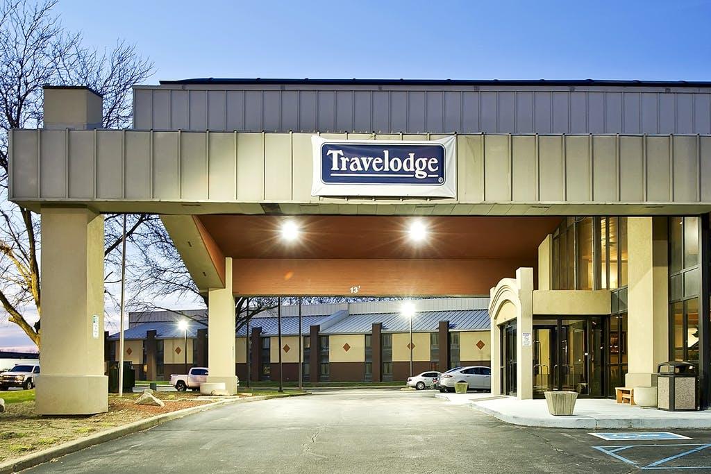 travelodge lafayette in paramount lodging advisors. Black Bedroom Furniture Sets. Home Design Ideas